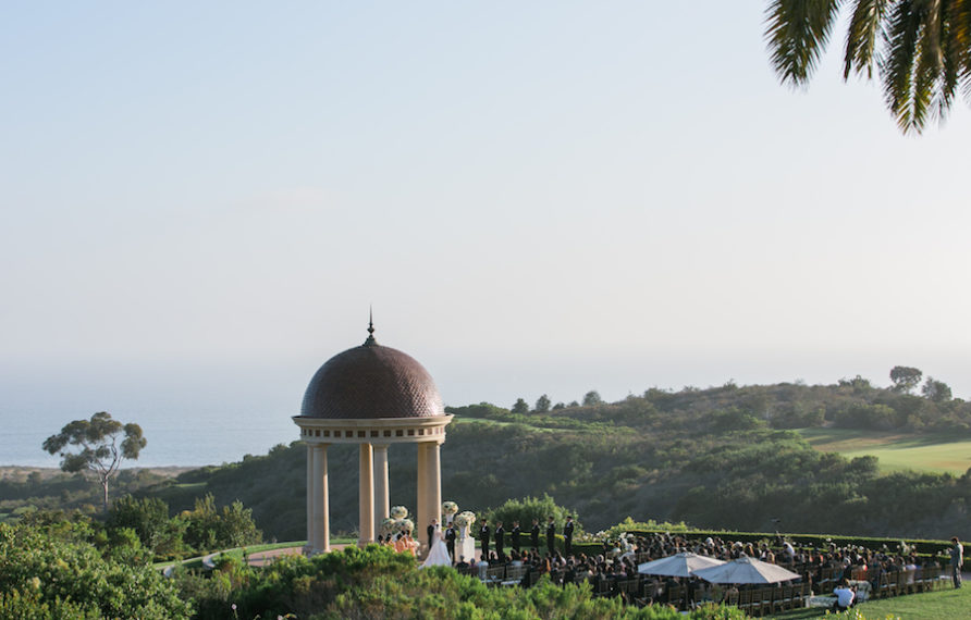 11-pelican-hill-wedding-by-kim-le-photography-ceremony-overview-892x594