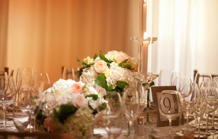 18-pelican-hill-wedding-by-kim-le-reception-details-low-centerpiece-892x594