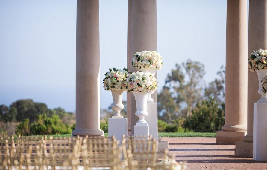 8-pelican-hill-wedding-by-kim-le-ceremony-details-altar-892x594